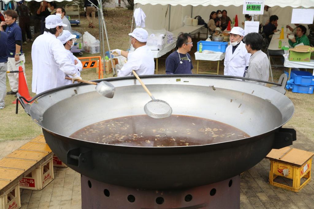 「天平の芋煮会」 材料は地元産で