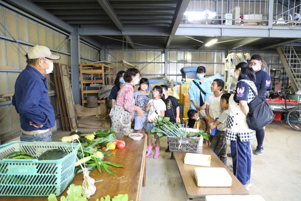 放課後等デイサービス児童 初の収穫体験に歓声 小山市の森田さん夫妻