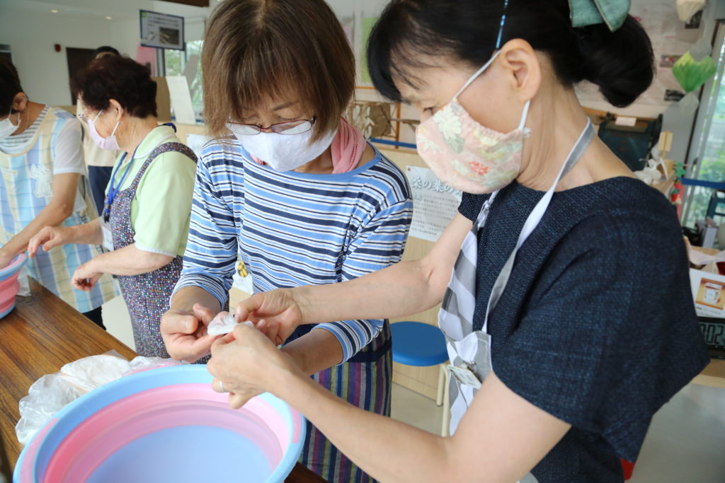 真綿かけを体験 栃木県小山市