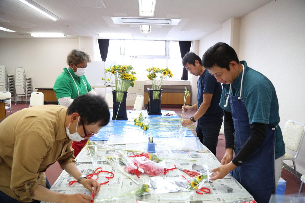 県産 消費拡大へ 自慢の花き配布 県農協青年部連盟