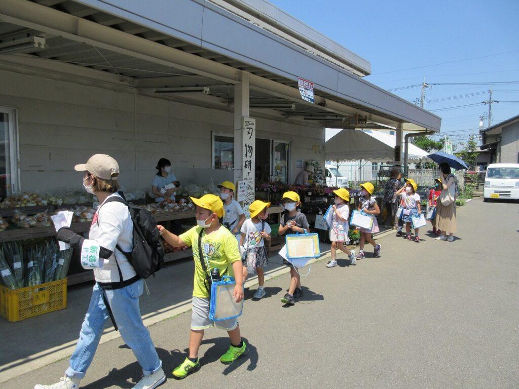 児童が町探検 直売所を訪問